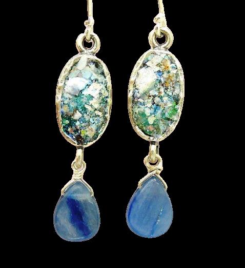 Aflange øreringe med blå kyanit sten og romersk glas