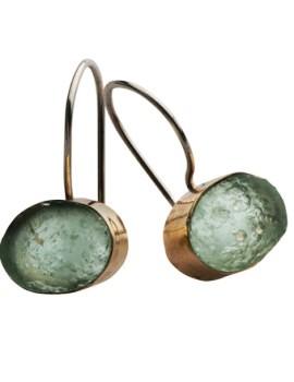 Guld øreringe i rustikt design med romersk glas
