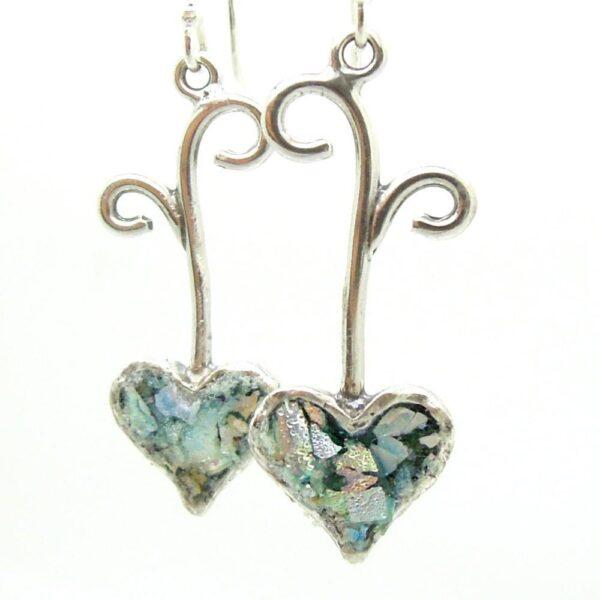 Hænge øreringe i sølv med hjerte og romersk glas