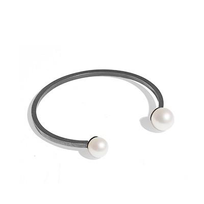 Jane Kønig Perlearmbånd i rhodineret sølv