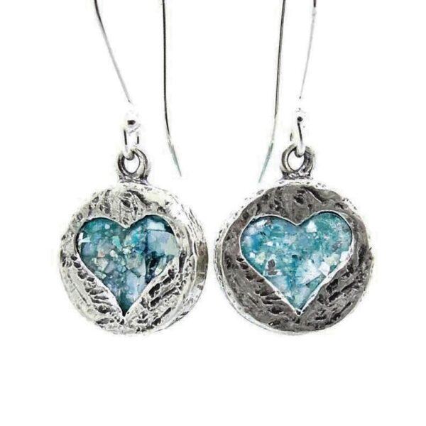 Runde øreringe med hjertemotiv i romersk glas